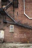 Σκαλοπάτια μετάλλων στο κτήριο τούβλου Στοκ Εικόνες
