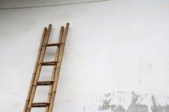 Σκαλοπάτια μπαμπού που κλίνουν ενάντια στον τοίχο στοκ φωτογραφία με δικαίωμα ελεύθερης χρήσης
