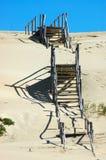 Σκαλοπάτια πέρα από τους αμμόλοφους άμμου Στοκ Εικόνα