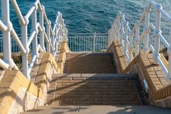Σκαλοπάτια που πηγαίνουν κάτω στη Μεσόγειο στο νότιο μέρος του Γιβραλτάρ Στοκ Φωτογραφία