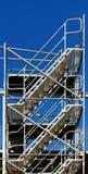 Σκαλοπάτια σε τίποτα, κατασκευή σκαλών χάλυβα σε ένα Si οικοδόμησης στοκ εικόνα