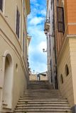 Σκαλοπάτια στη στενή οδό στη Ρώμη Στοκ φωτογραφίες με δικαίωμα ελεύθερης χρήσης