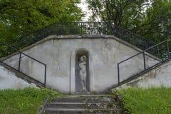 Σκαλοπάτια στον κήπο που οδηγεί στο κάστρο Olesko στοκ φωτογραφία με δικαίωμα ελεύθερης χρήσης