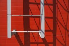 Σκαλοπάτια στον κόκκινο τοίχο Η σκιά των σκαλοπατιών στοκ φωτογραφία με δικαίωμα ελεύθερης χρήσης