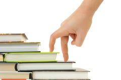 σκαλοπάτια χεριών βιβλίων στοκ εικόνα με δικαίωμα ελεύθερης χρήσης