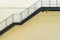 σκαλοπάτι για την έξοδο κινδύνου με το κιγκλίδωμα και τη σκάλα χάλυβα Στοκ Εικόνες