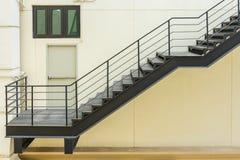 σκαλοπάτι για την έξοδο κινδύνου με το κιγκλίδωμα και τη σκάλα χάλυβα Στοκ φωτογραφία με δικαίωμα ελεύθερης χρήσης