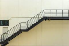 σκαλοπάτι για την έξοδο κινδύνου με το κιγκλίδωμα και τη σκάλα χάλυβα Στοκ Φωτογραφία