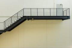 σκαλοπάτι για την έξοδο κινδύνου με το κιγκλίδωμα και τη σκάλα χάλυβα Στοκ Φωτογραφίες