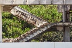 Σκαλοπάτι που καταστρέφεται από το παλαιό εργοστάσιο Εγκαταλειμμένο εργοστάσιο βιομηχανικό Στοκ Φωτογραφία