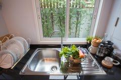 Σκαμνιά φραγμών από το σύγχρονο νησί κουζινών Φωτεινό διάστημα, μια φωτεινή και ευρύχωρη κουζίνα στοκ εικόνα με δικαίωμα ελεύθερης χρήσης