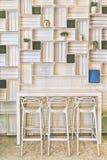 Σκαμνιά φραγμών στο σύγχρονο τοίχο κουζινών Caffe ή σπιτιών Στοκ Φωτογραφίες