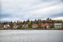 Σκανδιναβική πόλη λιμνών επιφάνειας νερού Προορισμός περιβάλλοντος φύσης λιμνών ή λιμνών Η λίμνη περιέβαλε πολυάριθμο χρωματισμέν στοκ φωτογραφίες