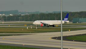 Σκανδιναβικό αεροπλάνο αερογραμμών της SAS που μετακινείται με ταξί στον αερολιμένα του Μόναχου, MUC απόθεμα βίντεο