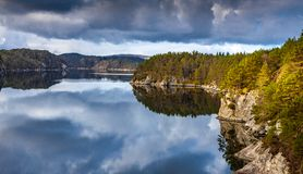 Σκανδιναβικό ξύλο, βράχοι και ήρεμο νερό στοκ φωτογραφία