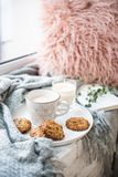 Σκανδιναβικό πρόγευμα, φλιτζάνι του καφέ και μπισκότα ύφους στο άνετο windowsill με το θερμά κάλυμμα και το μαξιλάρι στοκ φωτογραφίες με δικαίωμα ελεύθερης χρήσης