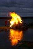 σκανδιναβικό συμβαλλόμενο μέρος θερινού ηλιοστάσιου φωτιών Στοκ Εικόνα