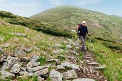 Σκανδιναβικός περίπατος στα βουνά το καλοκαίρι Στοκ εικόνες με δικαίωμα ελεύθερης χρήσης