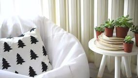 Σκανδιναβικό εσωτερικό εγχώριο ντεκόρ, succulents και άνετη καρέκλα απόθεμα βίντεο