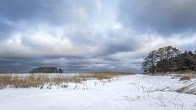 Σκανδιναβικό τοπίο με τα δραματικά σύννεφα Στοκ Εικόνα