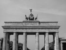 Σκαπάνη Brandenburger (πύλη του Βραδεμβούργου) στο Βερολίνο στο Μαύρο και το μόριο στοκ εικόνες