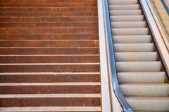 Σκαλοπάτια εναντίον της κυλιόμενης σκάλας Στοκ φωτογραφία με δικαίωμα ελεύθερης χρήσης