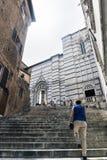 Σκαλοπάτια επάνω το Duomo της Σιένα από την πλατεία SAN Giovanni Στοκ φωτογραφία με δικαίωμα ελεύθερης χρήσης