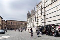 Σκαλοπάτια επάνω το Duomo της Σιένα από την πλατεία SAN Giovanni Στοκ Φωτογραφία