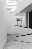 Σκαλοπάτια και ένας διάδρομος με τους άσπρους τοίχους στο σύγχρονο κτήριο Στοκ Εικόνα