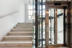 Σκαλοπάτια και ανελκυστήρας Στοκ Εικόνες