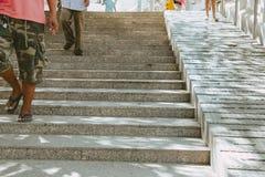 Σκαλοπάτια και κεκλιμένη ράμπα και για τους ανθρώπους και για την αναπηρική καρέκλα Στοκ εικόνες με δικαίωμα ελεύθερης χρήσης