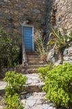 Σκαλοπάτια και μπλε πόρτα Κορσική εισόδων Στοκ εικόνες με δικαίωμα ελεύθερης χρήσης