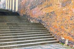 Σκαλοπάτια και παλαιό brickwall Στοκ Φωτογραφία