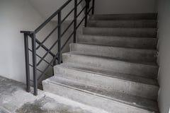 Σκαλοπάτια μέσα του δημόσιου κτιρίου Στοκ εικόνα με δικαίωμα ελεύθερης χρήσης
