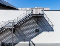 Σκαλοπάτια με τη μακριά σκιά στοκ εικόνα με δικαίωμα ελεύθερης χρήσης