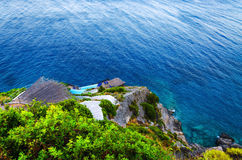 Σκαλοπάτια που οδηγούν στη δύσκολη ακτή θάλασσας, με τους αργοσχόλους Στοκ φωτογραφία με δικαίωμα ελεύθερης χρήσης