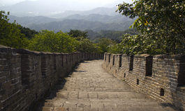 Σκαλοπάτια που πηγαίνουν κάτω από το Σινικό Τείχος της Κίνας Στοκ Εικόνες