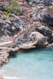 Σκαλοπάτια που στηρίζονται στους βράχους που κατεβαίνουν στην παραλία Στοκ φωτογραφία με δικαίωμα ελεύθερης χρήσης
