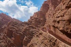 Σκαλοπάτια που συνδέονται με το κόκκινο βουνό που οδηγεί στον ουρανό Στοκ Εικόνα