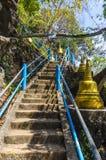 Σκαλοπάτια που τοποθετούν σε ένα βουδιστικό μοναστήρι Στοκ Φωτογραφία