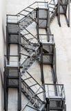 Σκαλοπάτια πυρκαγιάς μετάλλων στην πρόσοψη Στοκ φωτογραφίες με δικαίωμα ελεύθερης χρήσης