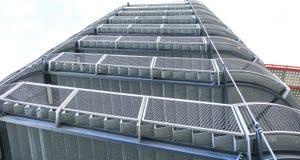 Σκαλοπάτια σαλιγκαριών σιδήρου που εγκαθίστανται σε μια λεωφόρο στοκ φωτογραφίες