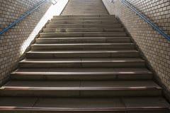 Σκαλοπάτια σε έναν σταθμό μετρό στην Ιαπωνία Στοκ εικόνα με δικαίωμα ελεύθερης χρήσης