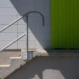Σκαλοπάτια στην πράσινη πόρτα της αποβάθρας φόρτωσης Στοκ εικόνα με δικαίωμα ελεύθερης χρήσης