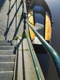 Σκαλοπάτια στη βάρκα στην προκυμαία Στοκ φωτογραφία με δικαίωμα ελεύθερης χρήσης
