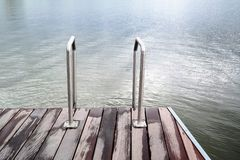 Σκαλοπάτια στη θάλασσα ή τη λίμνη και την ξύλινη γέφυρα Στοκ φωτογραφίες με δικαίωμα ελεύθερης χρήσης