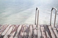 Σκαλοπάτια στη θάλασσα ή τη λίμνη και την ξύλινη γέφυρα Στοκ Εικόνα