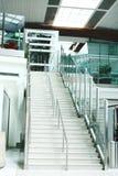 Σκαλοπάτια στον αερολιμένα του Ντουμπάι για ΙΙ επίπεδο Στοκ φωτογραφία με δικαίωμα ελεύθερης χρήσης