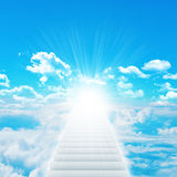 Σκαλοπάτια στον ουρανό με τα σύννεφα και τον ήλιο Στοκ εικόνες με δικαίωμα ελεύθερης χρήσης
