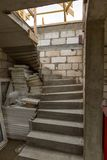 Σκαλοπάτια στο ατελές σπίτι στην επαρχία Στοκ Φωτογραφία